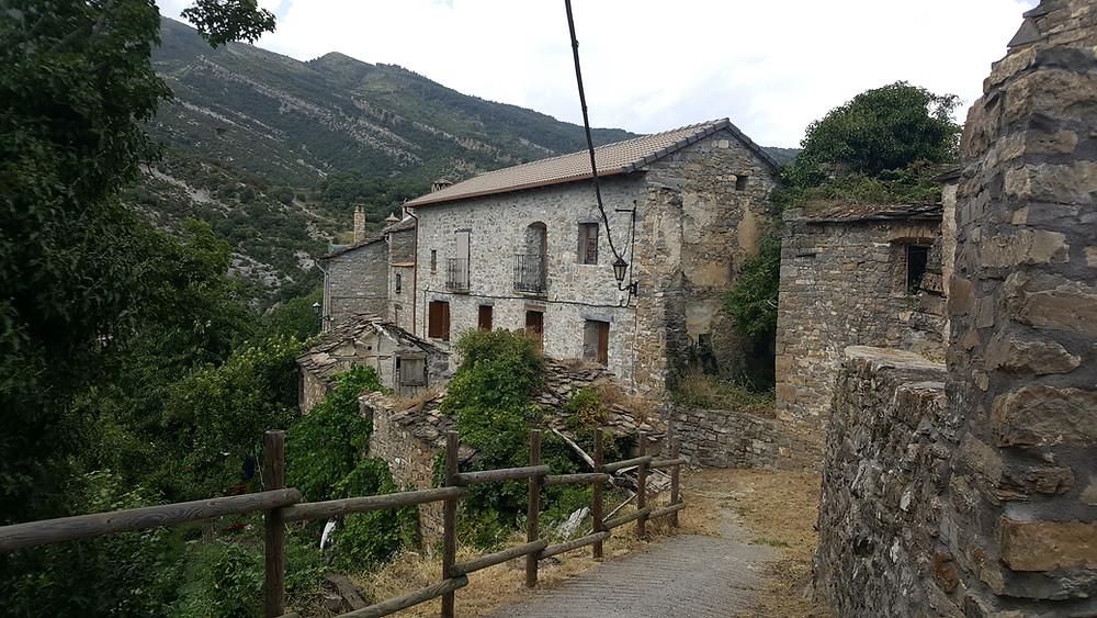 טיול משפחתי בפירינאים נוף של בקתה בהרים