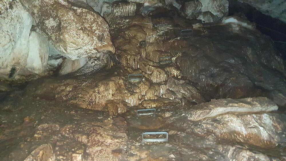נטיפים וסולמות במערת עלמה בגליל