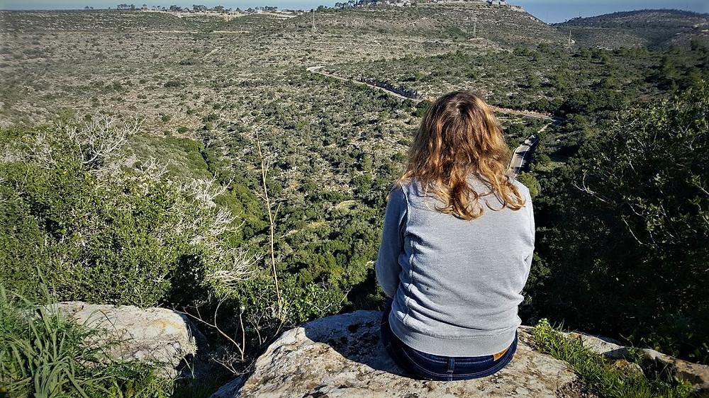 נוף בכרמל במסלול הליכה למערת ישח