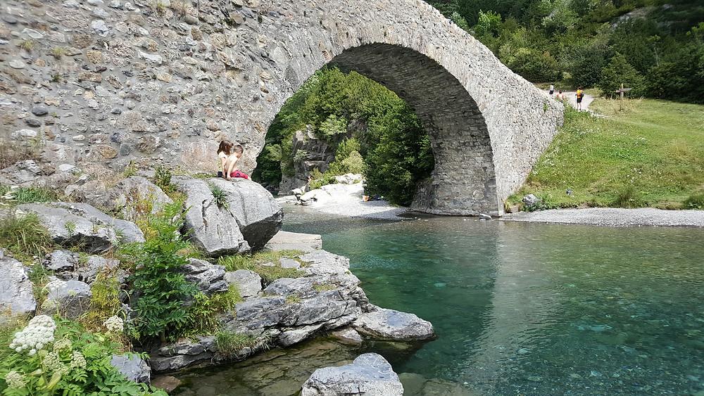 מים צלולים וגשר בפארק אורדסה בפירינאים