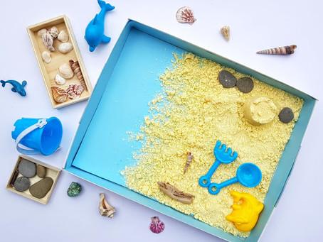 Scatola blu con sabbia cinetica fatta in casa