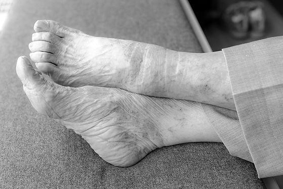 feet-4346329_1920_edited.jpg