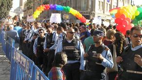 Геї та лесбійки проти поліцейських репресій - історія веселкового прайду.