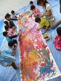 保育園・幼稚園のみんなで描く巨大抽象画