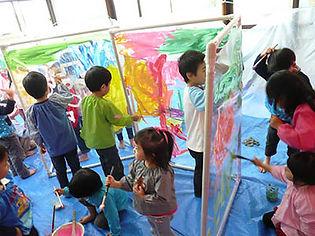 絵の具を使った造形活動の様子