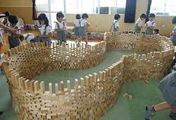 大量の積み木を使ったダイナミックな遊び