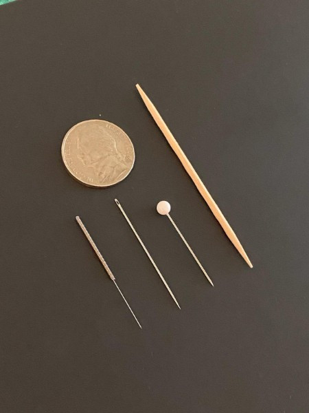 Size comparison acupuncture needle