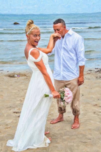 beach kiss wedding photo