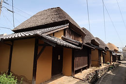 Several old houses with a thatched roof stand in Hamakanaya-machi in Saga Prefecture.