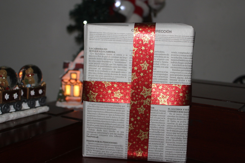 Libro envuelto con papel periódico