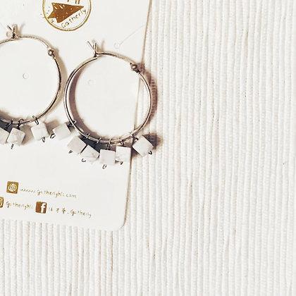 E045 方 形 白 紋 石 耳 環 (華姐)