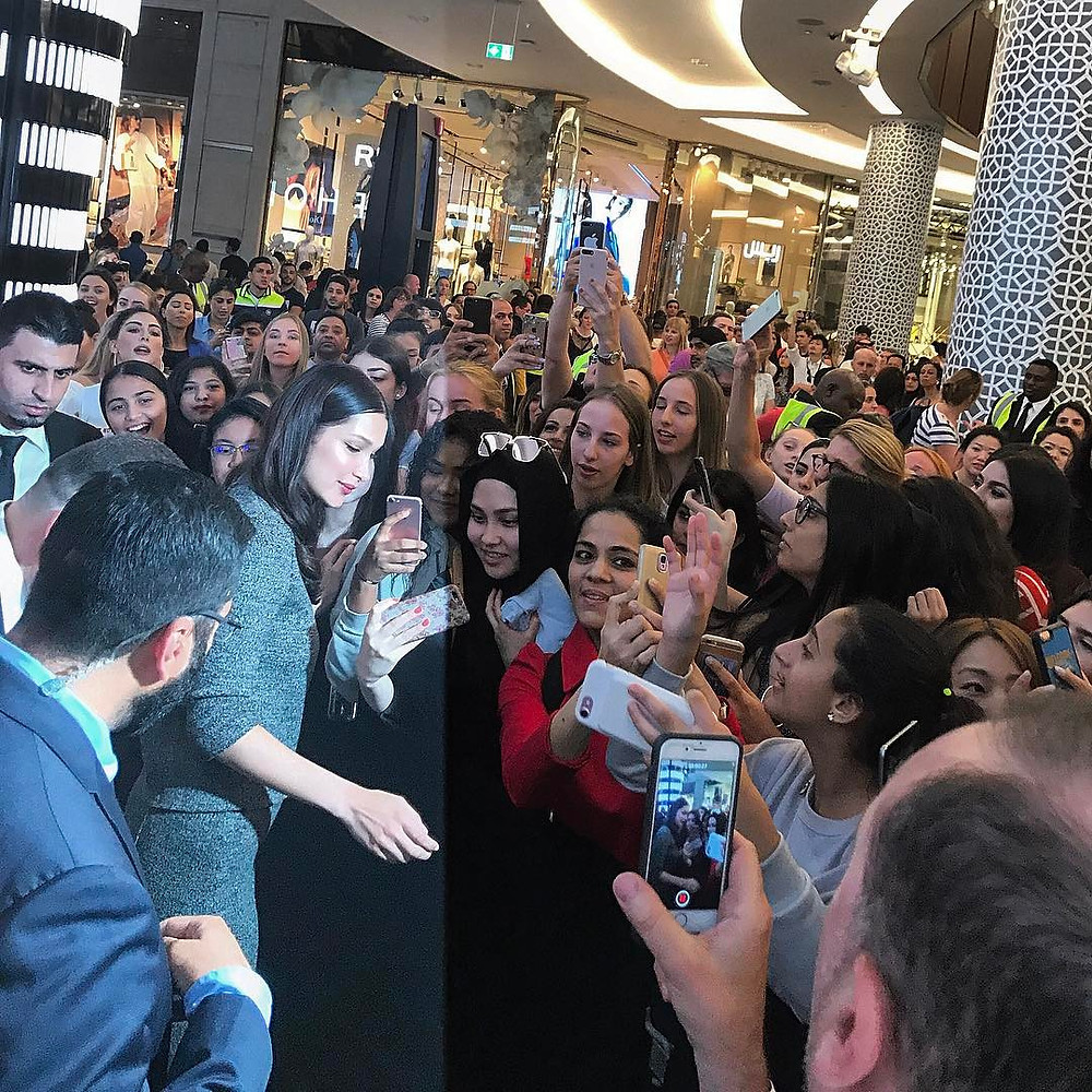 بيلا حديد في دبي مول وسط الحشود