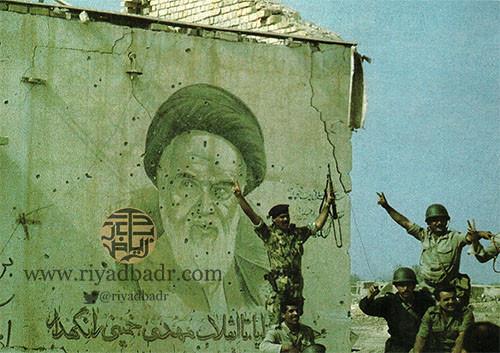 الجنود العراقيين يسقطون مقرات الجيش الايراني وعليها صور الخميني