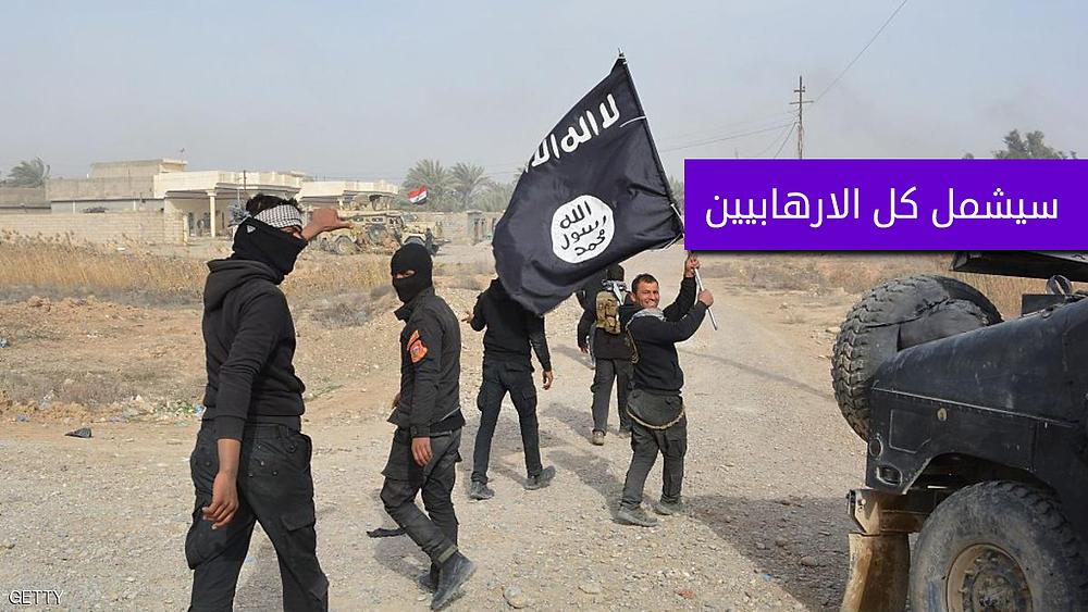 داعشي يحمل علم داعش