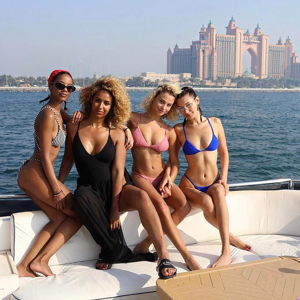 بيلا حديد اول يمين في صورة امام فندق اطلانطس في دبي