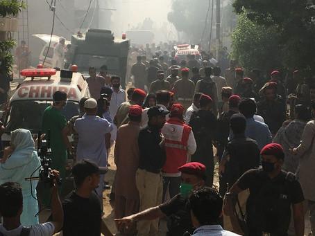 Avião com mais de 100 pessoas a bordo cai no Sul do Paquistão