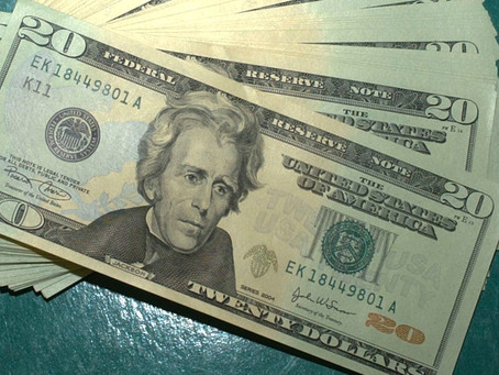 Dólar fecha abaixo de R$ 5 pela primeira vez desde março
