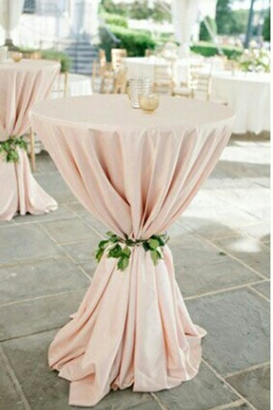 Mantel rosado pastel para mesa de apoyo