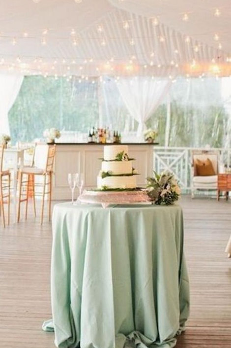 Mesa de apoyo con mantel en color verde agua