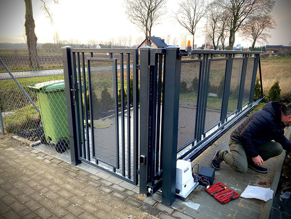 Cantilever Modern Gate