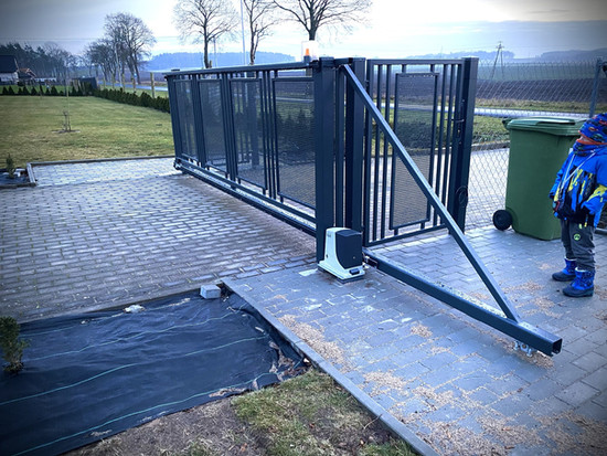 Cantilever Modern Gate 3