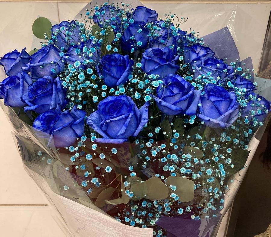 青い薔薇とかすみ草の花束