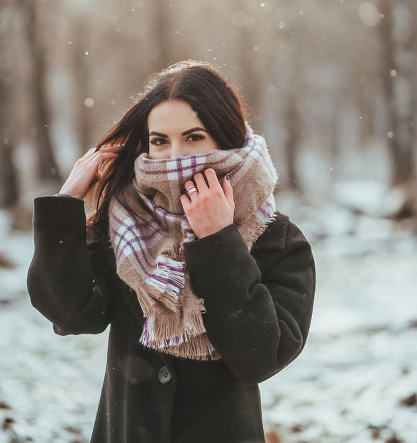 young-beautiful-model-posing-winter-fore