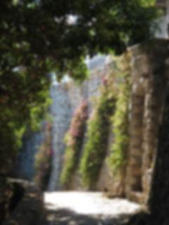 イタリア、カプリ島の陽の差す小道