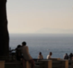イタリア、ソレントの海辺の恋人達
