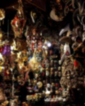 イタリア、ヴェネツィアのカーニバル用仮面専門店内の仮面たち