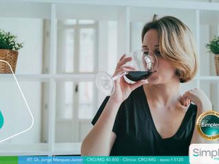Bebida alcoólica deixa os dentes escuros?