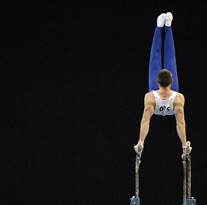 gymnaste sur barre symetrique