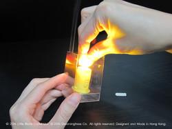 13:把電子爉燭和十字形膠片放入內架。
