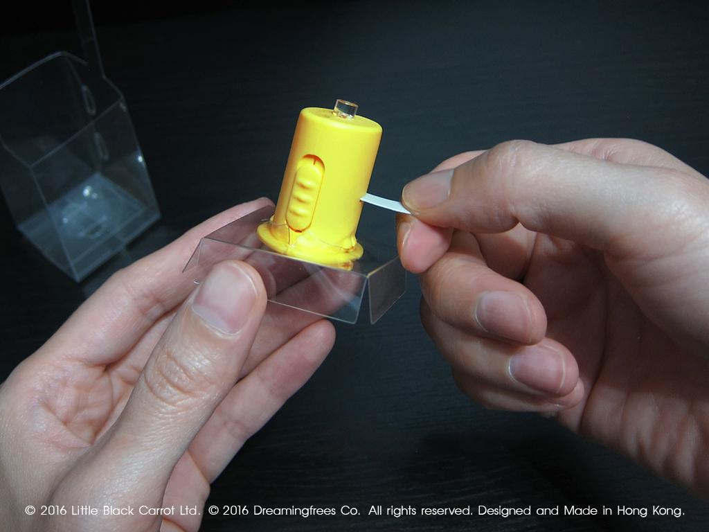 11:拿走電子爉燭旁的白色紙條。