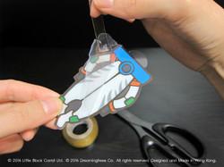 02:首先用膠紙黏起膠片上的保護膜,膠片顏色看起來更漂亮,但要小心刮花膠
