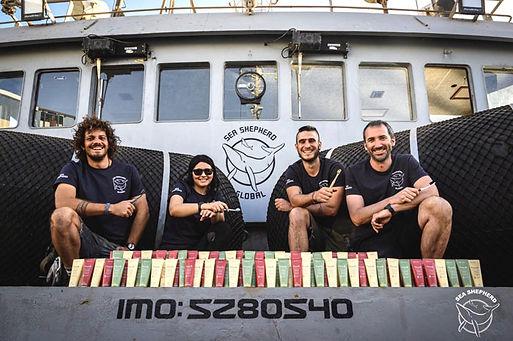 Sea Shepherd ist eine Umweltschutzorganisation, die sich unter anderem gegen Walfang, Robbenjagd und Plastik im Meer einsetzt