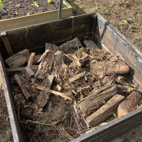 What's New With Farmer Pete: Hugelkultur Raised Garden Beds