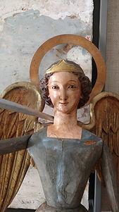 Arcangel con alas de madera, espada y co