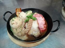 Bauernschmaus Schweinebraten Selchfleisch Grillwürstel auf Sauerkraut mit Semmelknödel und Salzkartoffel