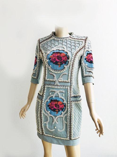 Vestido corto con diseño en pedrería