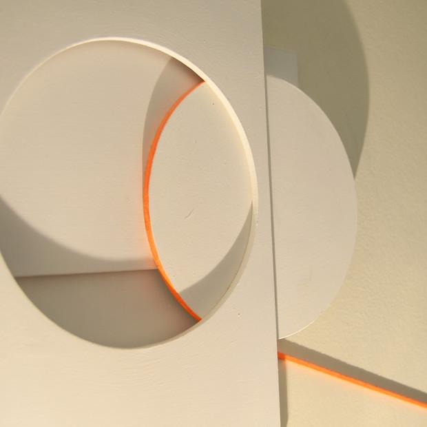 Y la línea se escapa (naranja), 2015 | Acrílico sobre madera | 36 x 48 cm.