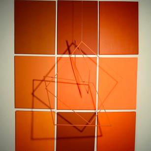 Suspendidos, 2020   Pintura acrílica sobre canvas y móvil en hierro   123 x 93 x 60 cm.