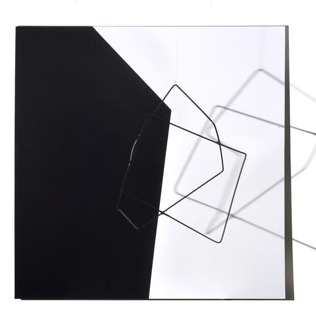 Geometría de lo incierto                      (Blanco / Negro), 2019 | Hierro y acrílico sobre Mdf | 100 x 100 x 70 cm.