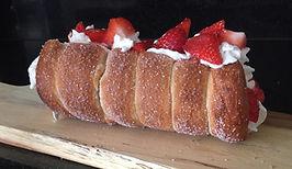 chimney cake met aardbeien en slagroom