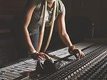 Femme au travail Console de mixage