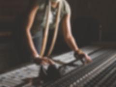 Frau Arbeiten bei Mixing Console