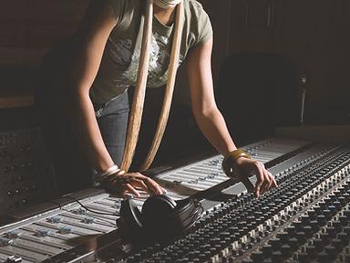여성 믹싱 콘솔에서 근무
