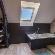 la-salle-de-bains-moderne-aux-tons-fonce