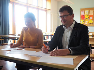 Vertragsunterzeichnung_Toni_Hübler_und_