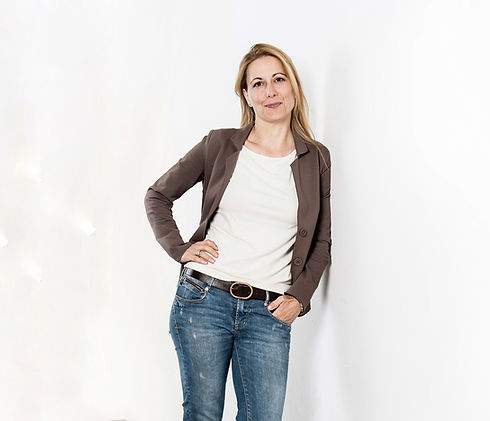 Monika Waldburger blickt in Kamera und lächelt